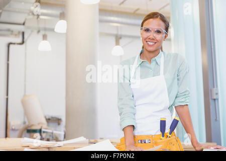 Ritratto sorridente falegname in officina Foto Stock