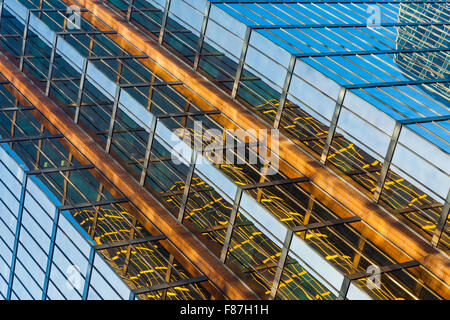 Vista astratta di una torre di vetro e di riflessioni in Vancouver Foto Stock