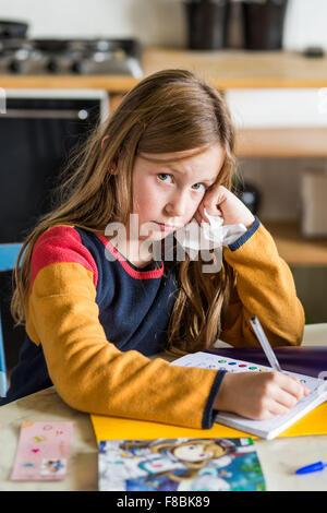 9-anno-vecchia ragazza facendo il suo dovere. Foto Stock