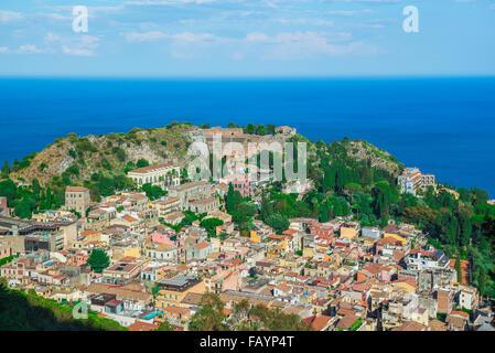 Paesaggio di Taormina Sicilia, antenna cityscape vista di Taormina, mostrando l'auditorium dell'antico teatro greco Foto Stock