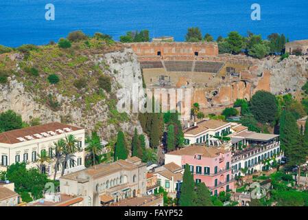 Taormina teatro greco, vista aerea dell'antico teatro greco (teatro) e gli edifici situati sulla collina di Taormina, Foto Stock