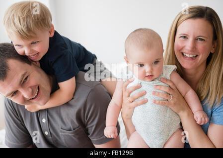 Ritratto di genitori con figlio (2-3) e la nostra bambina (12-17 mesi) Foto Stock