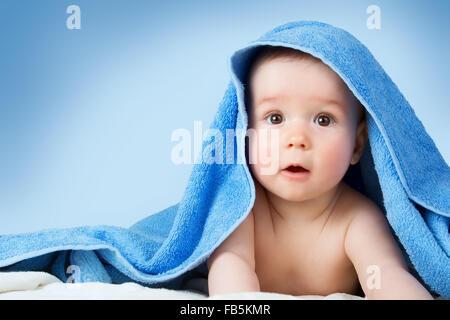 Carino il bambino in un asciugamano Foto Stock