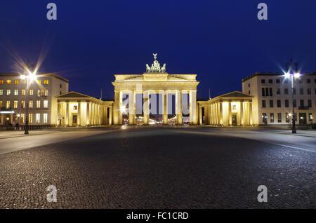 La porta di Brandeburgo a Berlino in blu il nostro Foto Stock