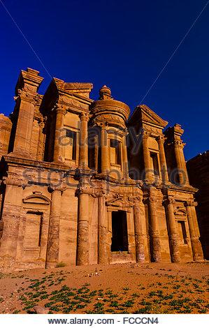 Il monastero (Ad-Dayr o Ad-Deir in arabo) vanta una facciata massiccia quasi cinquanta metri quadrati, Petra parco Foto Stock