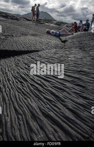 Alcune persone godono di campi di lava delle Isole Galapagos. Foto Stock