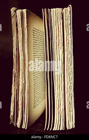 In primo piano del vecchio libro su sfondo nero Foto Stock