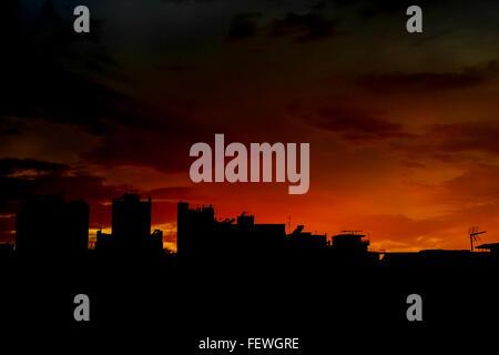 Edifici di Silhouette contro il cielo arancione durante il tramonto Foto Stock