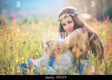 Bella donna romantica nel campo dei fiori . Hippie e gypsy dress Foto Stock