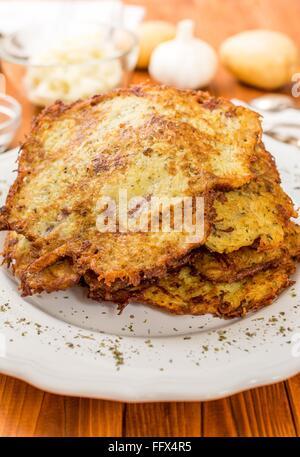 Fatti in casa di patate fritte con pancake sulla piastra bianca Foto Stock
