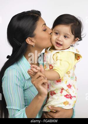 Madre indiana bacio sulla guancia della bambina signor#702O,702L Foto Stock