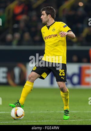 Dortmund, Germania. 18 Febbraio, 2016. Dortmund Sokratis in azione durante la UEFA Europa League tra Borussia Dortmund Foto Stock
