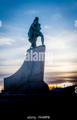 Statua di Leif Eriksen che scoprì l'America al di fuori della Chiesa Hallgrimskirka a Reykjavik, Islanda al tramonto Foto Stock