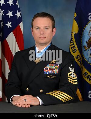 Stati Uniti Navy SEAL Senior Chief Special Warfare operatore Edward Byers ritratto ufficiale vestito in uniforme Foto Stock
