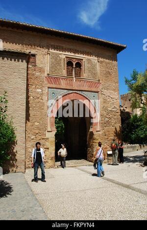 Vista la Puerta del vino (Vino Gate) all'interno del castello, palazzo della Alhambra di Granada, provincia di Granada, Foto Stock