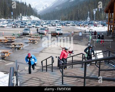 Per gli sciatori e il parcheggio al Sunshine Village resort sciistico Canada Banff Foto Stock