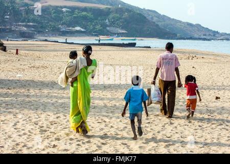 Indiano locale famiglia sulla spiaggia di Anjuna sulla spiaggia di Anjuna giorno di mercato,hippy,hippie,Goa, India, Foto Stock