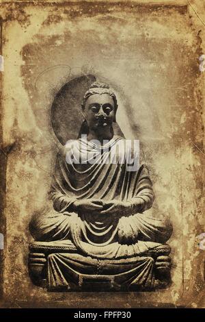 Vintage nei toni seppia seduti in meditazione statua del Buddha in un colorato sfondo invecchiato con copia spazio Foto Stock
