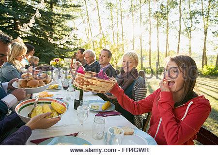 Tre generazioni della famiglia di mangiare all'aperto. Foto Stock