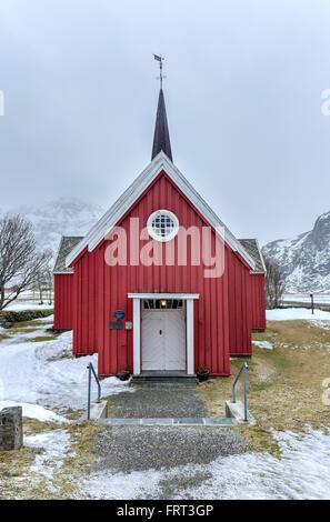 Scenic vecchia chiesa rossa in Flakstad sulle Isole Lofoten in Norvegia in inverno. Foto Stock