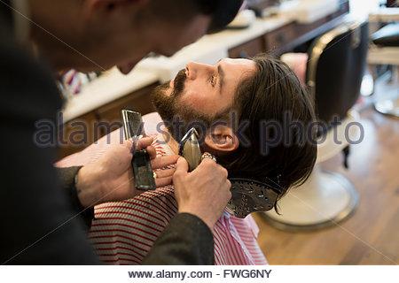 Barbiere uomo di rasatura Foto Stock