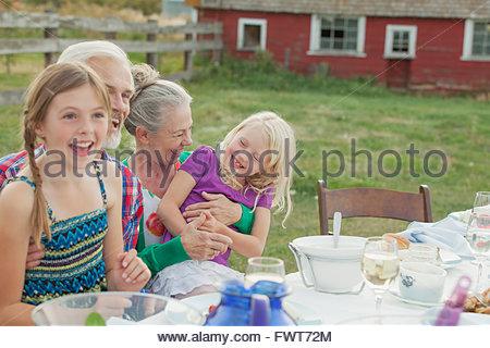 Nonni con i nipoti a cena all'aperto. Foto Stock
