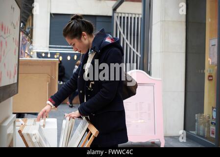 Giovane Donna Shopping nel mercato coperto Foto Stock