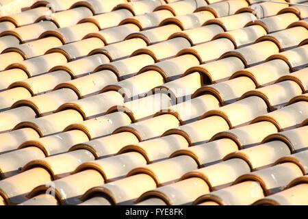 Nuovo tetto arancione piastrelle close up dettaglio Foto Stock