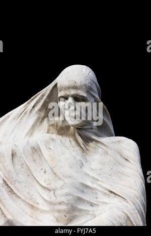 Statua della morte la focalizzazione sul cranio della testa e del tronco con un velo sulla isolato su sfondo nero Foto Stock