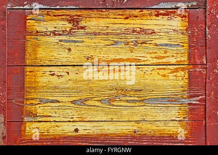 Vecchio scudo in legno con bordi di metallo Foto Stock