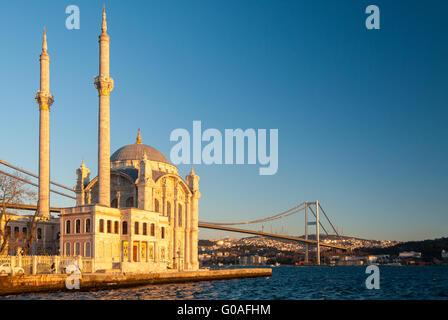 La Moschea Ortakoy e il ponte del Bosforo a Istanbul durante il pomeriggio Foto Stock