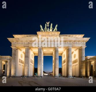 La Porta di Brandeburgo in serata a Berlino Germania Foto Stock