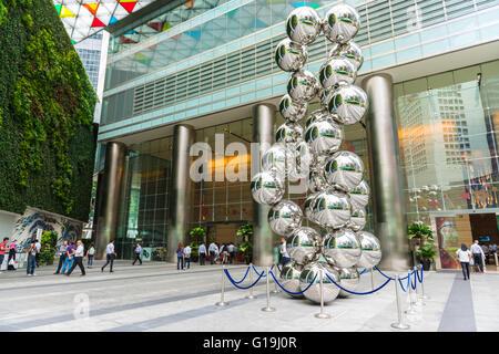 Oceano centro finanziario ingresso con sfere di metallo scultura e verde verticale arte Foto Stock