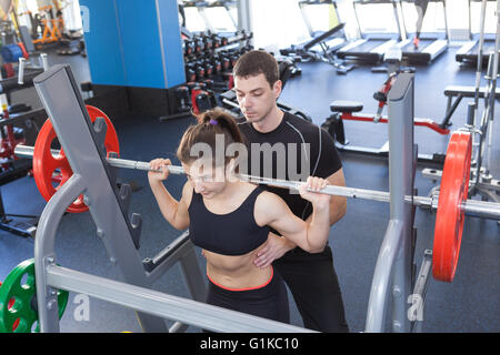 Donna fitness e personal trainer in palestra Foto Stock