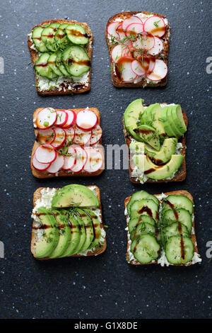 Bruschetta con verdure, cibi freschi Foto Stock