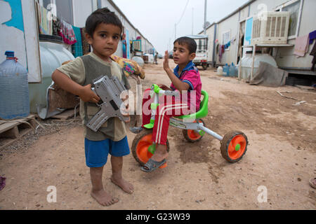 I bambini degli iracheni sfollati Anwald Refugee Camp Iraq settentrionale Foto Stock