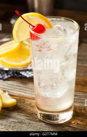 Classica rinfrescante Tom Collins cocktail con una ciliegia e la fetta di limone Foto Stock