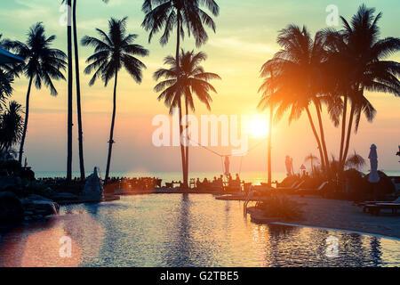 Un tramonto meraviglioso su palm coast subtropics. Foto Stock
