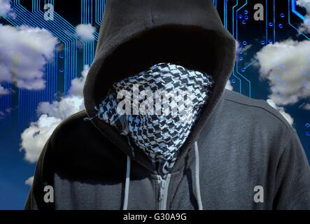 Incappucciato e mascherato hacker ladro con un computer cloud basato sullo sfondo. Tecnologia sconosciuta minaccia Foto Stock