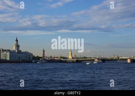 Vista di kunstkammer, colonna rostrale e la fortezza di Pietro e Paolo dal palazzo terrapieno, San Pietroburgo, Foto Stock