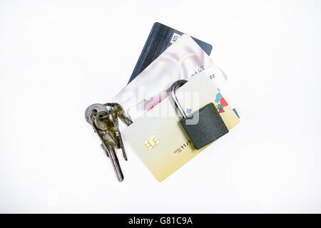 Protezione contro la carta bancaria frode illustrata con un paio di schede e un lucchetto con chiavi Foto Stock