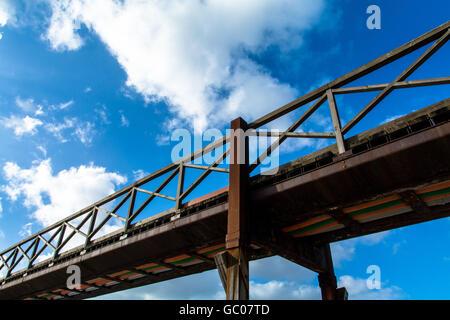 Basso angolo vista della passerella di legno contro il Cielo e nubi Foto Stock