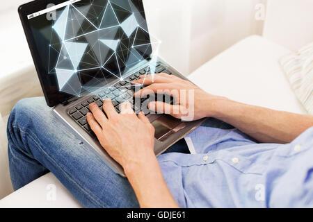 Close up man digitando su computer portatile a casa Foto Stock