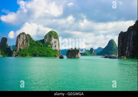 Isole di roccia nella baia di Halong, Vietnam, sud-est asiatico. UNESCO - Sito Patrimonio dell'umanità. Foto Stock