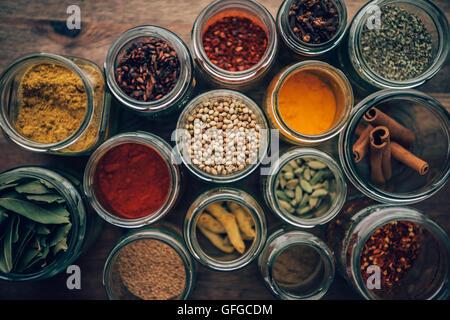Assortimento di spezie colorate in vasetti di vetro. Foto Stock