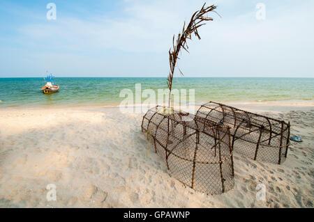 Trappole di pesce sulla spiaggia Foto Stock