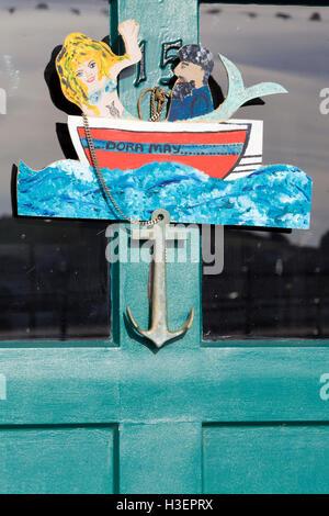 Dora può Mermaid e marinaio in una barca porta respingente Foto Stock