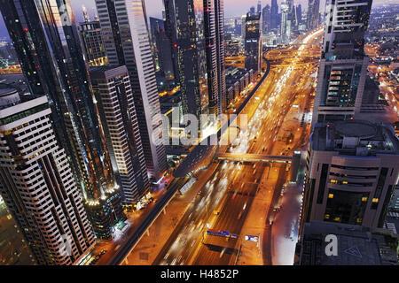 Centro di Dubai City, panorama, skyline, atmosfera serale al Golfo Persico, traffico, metropoli, Sheik Zayed Road, Foto Stock