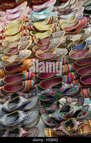 Colorate scarpe indiana per la vendita Foto Stock