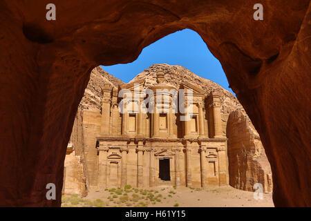 Il monastero, Ad-Deir, nella roccia città di Petra, Giordania Foto Stock